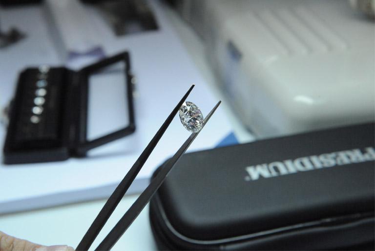 Pokles cien diamantov